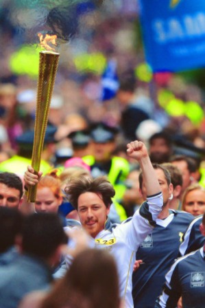 james-mcavoy-olympic-torch-in-scotland-2